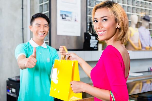 Kunde und verkäufer im modegeschäft