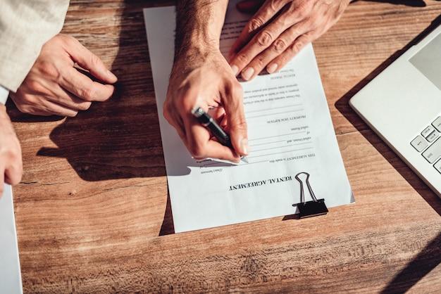Kunde unterschreibt mietvertrag
