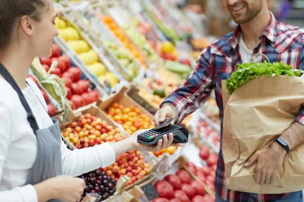 Kunde zahlt im supermarkt