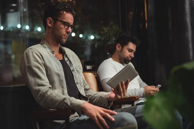 Kunden, die ein digitales tablet verwenden