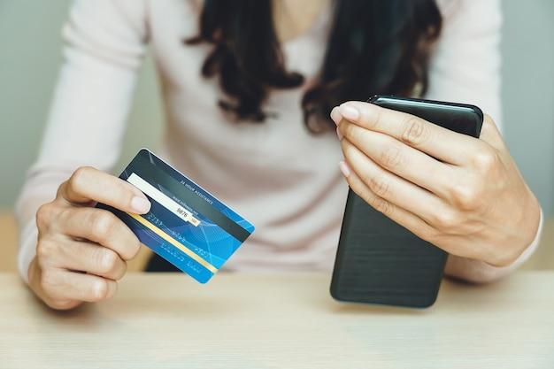 Kunden, die online einkaufen, zahlen mit kreditkarte.
