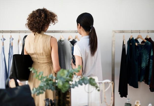 Kunden wählen stoff aus dem regal
