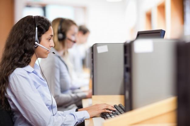 Kundenassistent, der mit einem computer arbeitet