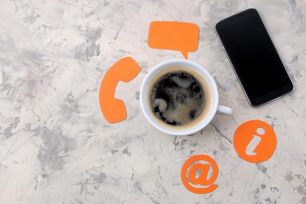 Kundenbetreuung. kontaktieren sie uns für feedback. desktop mit einer tasse kaffee und einem smartphone und verschiedenen feedback-symbolen.