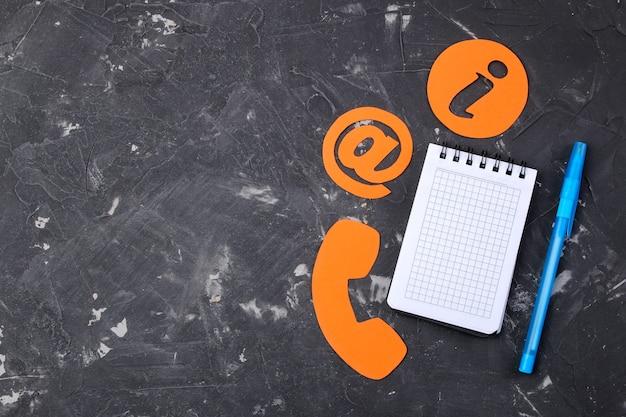 Kundenbetreuung. kontaktieren sie uns für feedback. desktop mit notizblock und verschiedenen feedback-symbolen. ansicht von oben