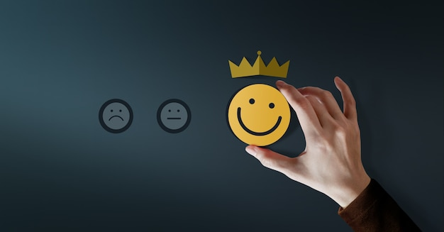 Kundenbindungskonzept. kundenerfahrungen. zufriedener kunde mit positiver servicebewertung für zufriedenheitsgeschenk von smiling face und crown