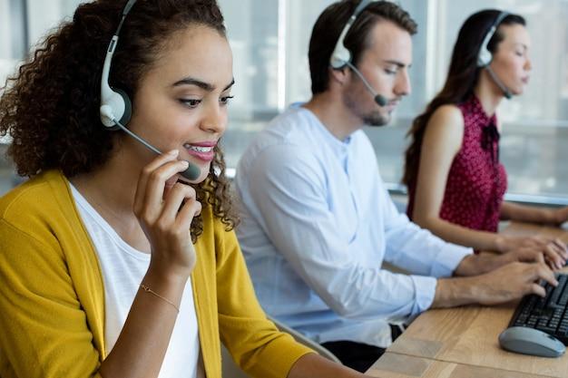 Kundendienstmitarbeiter, die im büro arbeiten