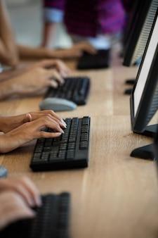 Kundendienstmitarbeiter, die im büro auf ihren tastaturen tippen