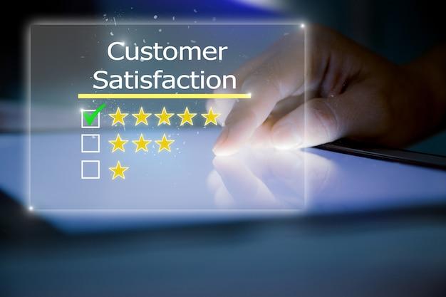 Kundenerfahrung, bewertung, feedback-konzept. nahaufnahme weiblicher hände mit digitalem tablet