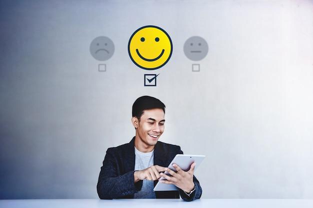 Kundenerlebnis-konzept. geschäftsmann, der seinen positiven bericht in der zufriedenheits-online-übersicht gibt