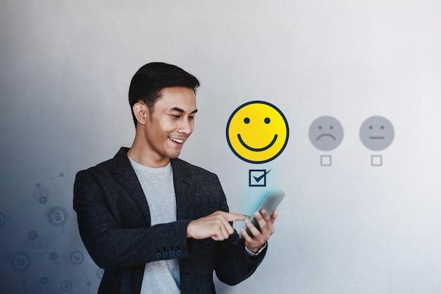 Kundenerlebnis-konzept. junger geschäftsmann, der seinen positiven bericht gibt
