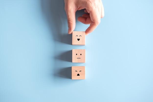Kundenservice-bewertung und zufriedenheitsumfrage mit holzklötzen