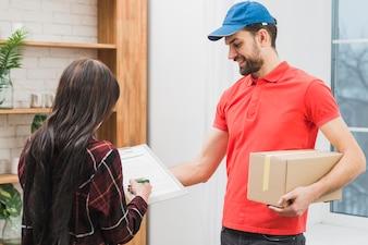 Kundensignierung für Paket vom Kurier