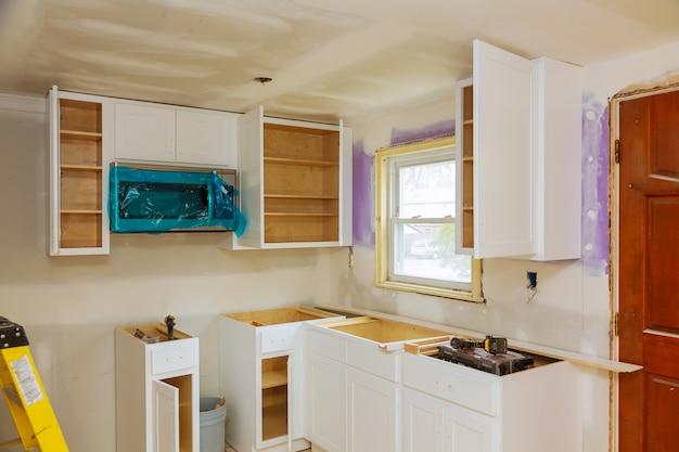 Kundenspezifische küchenschränke in verschiedenen installationsstadien