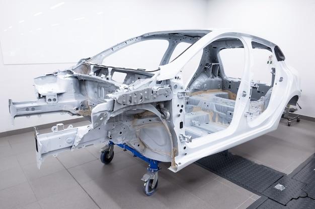 Kundenspezifischer fahrzeugrahmen, der in der werkstatt gebaut wird.