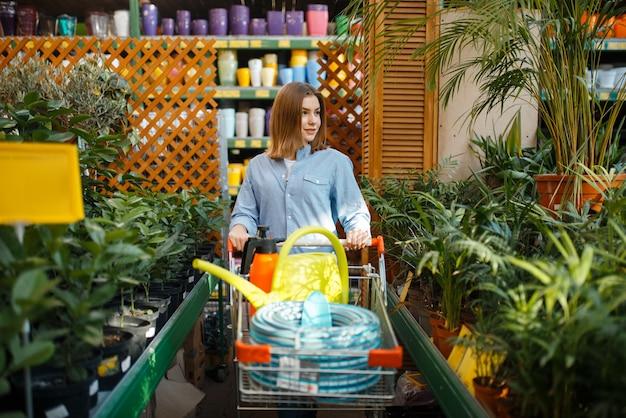 Kundin, die werkzeuge für floristik kauft