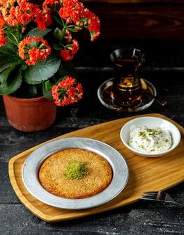 Kunefe mit vanilleeis türkischen süßigkeiten seitenansicht