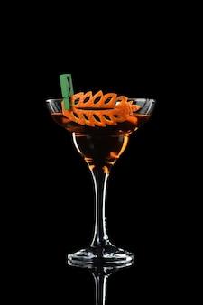 Kunst in orangenfruchtschnitzerei wie man ein zitrusgarnitur-design für einen drink macht cocktail rob roy