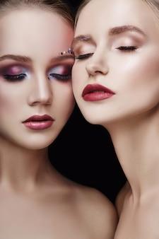 Kunst make-up zwei mädchen umarmen, viele strasssteine