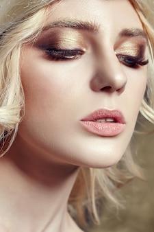 Kunst mode blonde mädchen lange wimpern klare haut