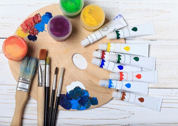 Kunst- und handwerkszeug. artikel für die kreativität von kindern. acrylfarbe und pinsel