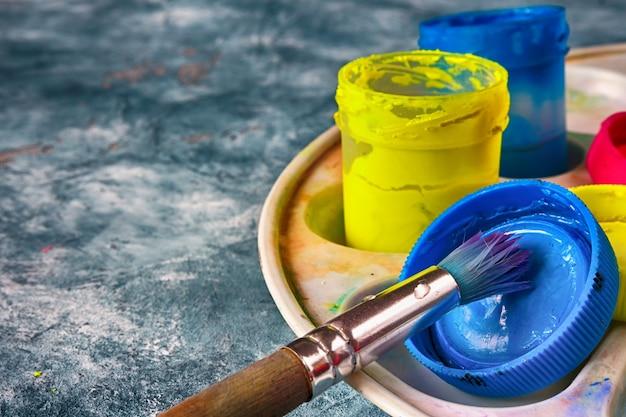 Kunstfarben und pinsel, accessoires für den künstler