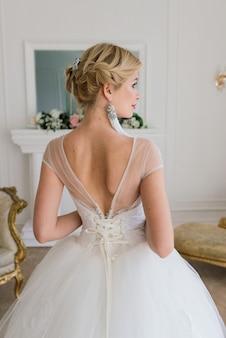 Kunstfoto einer sanften hübschen frau mit blonder braut, wunderschönem teurem weißem kleid