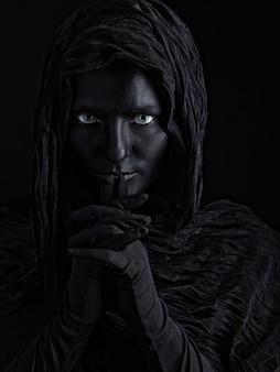 Kunstfoto einer schönen frau mit schwarzem gesicht
