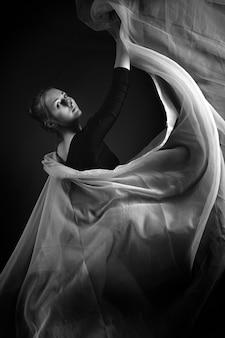 Kunstfoto eines weiblichen turners. schwarz und weiß