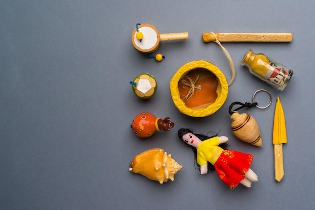 Kunsthandwerk und souvenirs aus dem nordosten brasiliens auf neutralem grauem hintergrund