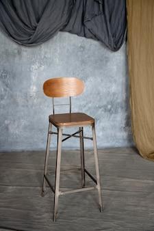 Kunstkonzept mit altem stuhl