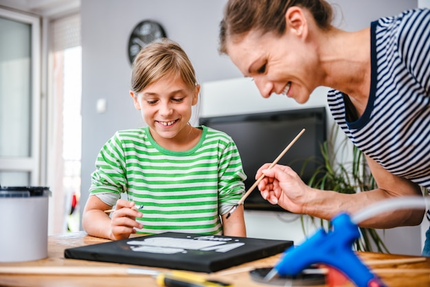 Kunstlehrer, der einem studenten beim malen hilft