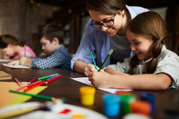 Kunstlehrer, der mit kindern arbeitet