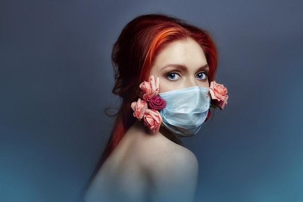 Kunstmodefrau mit medizinischem respirator auf gesicht