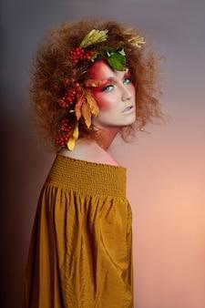 Kunstporträt des frauenherbstes im haar, klares make-up