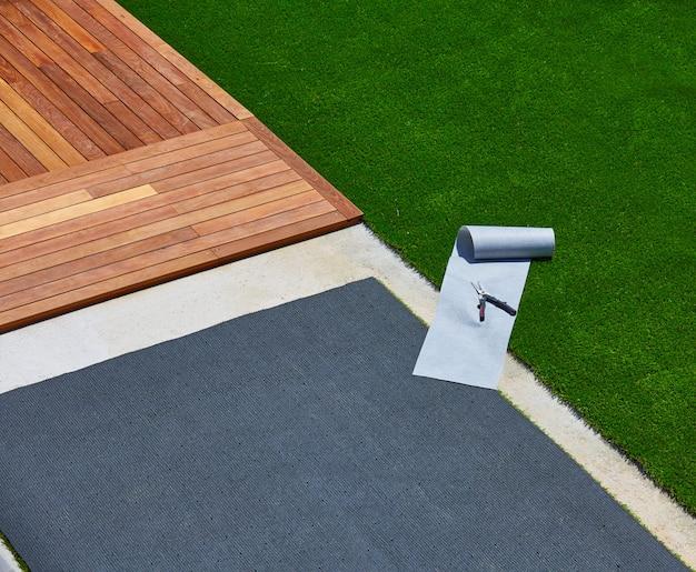 Kunstraseninstallation im deckgarten mit werkzeugen