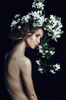 Kunstschönheits-porträtfrau verzweigt sich apfelbaum