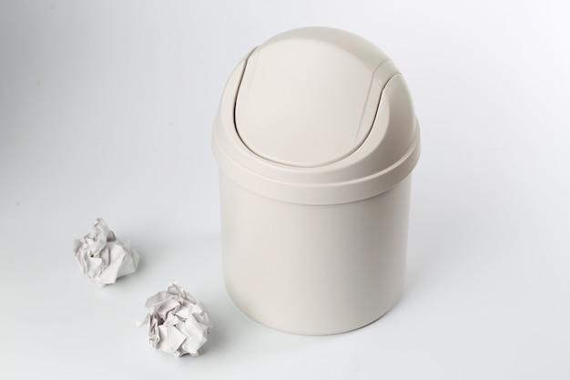 Kunststoff mülleimer auf weißem hintergrund