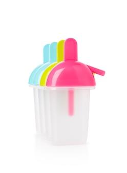 Kunststoff vollfarbige eis am stielform schimmel auf isoliertem weißem hintergrund