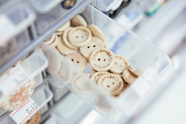 Kunststoff-vorratsbehälter mit holzknöpfen für kunsthandwerk