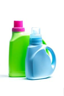 Kunststoff-waschmittel-container auf weißem hintergrund