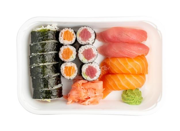 Kunststoffbehälter mit sushi-satz isoliert