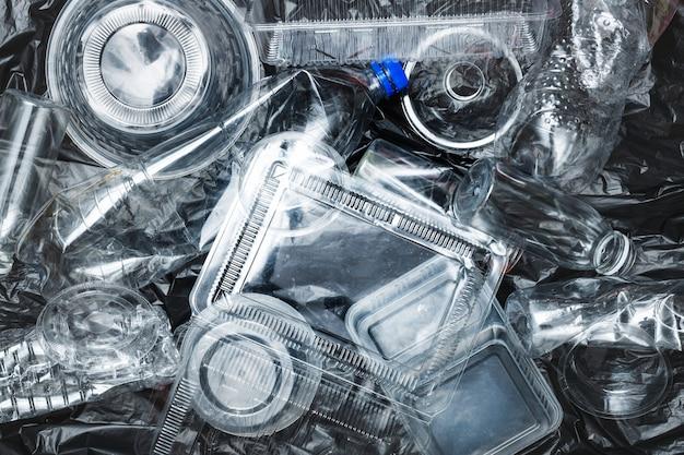 Kunststoffbehälter vor dem recycling gereinigt