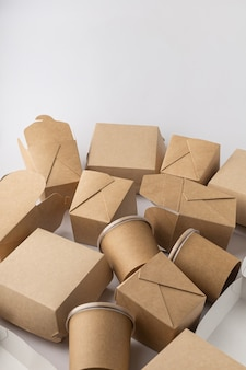 Kunststoffboxen für die lieferung von lebensmitteln auf weißem hintergrund