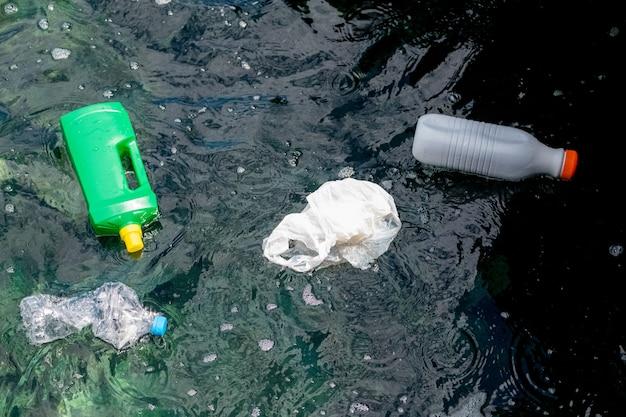 Kunststoffe und plastikflaschen auf see mit sehr sauberem und kristallklarem wasser