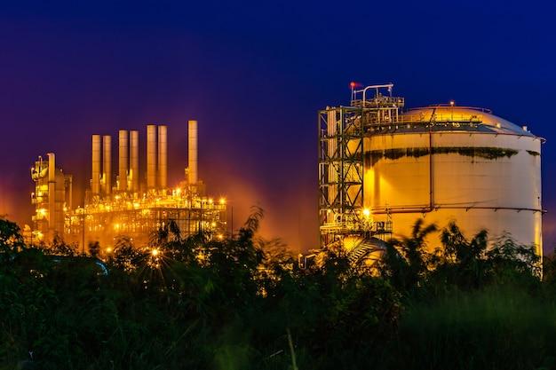 Kunststoffharzfabrik in industrie mit twilight.