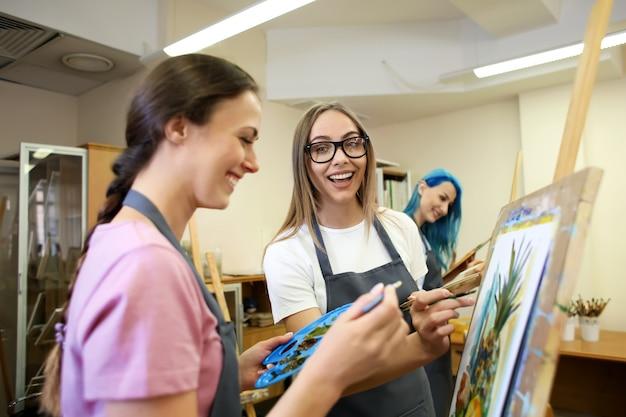 Kunststudenten malen in werkstatt
