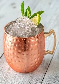 Kupferbecher moscow mule cocktail garniert mit minze und limette