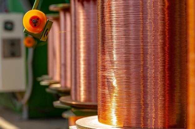 Kupferdrahtspulen in der kabelfabrik schließen foto oben