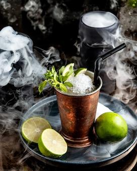 Kupferglas mit mojito-cocktail mit eisspänen